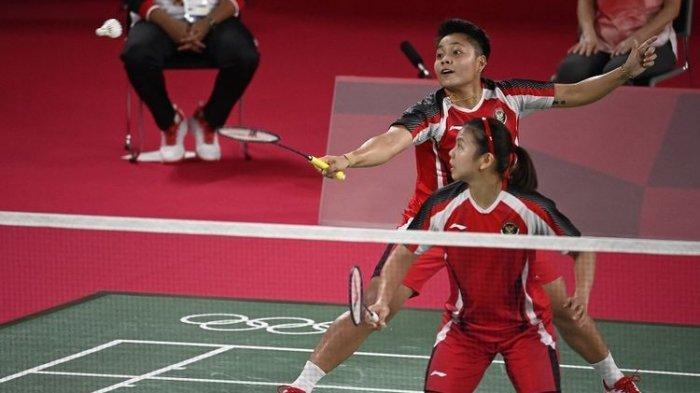 Ganda putri Indonesia Apriyani Rahayu (belakang) melakukan pukulan dalam pertandingan penyisihan grup bulu tangkis ganda putri bersama pasangannya, Greysia Polii (depan), melawan Lee Meng Yean dan Chow Mei Kuan dari Malaysia pada Olimpiade Tokyo 2020 di Musashino Forest Sports Plaza di Tokyo pada 24 Juli 2021.