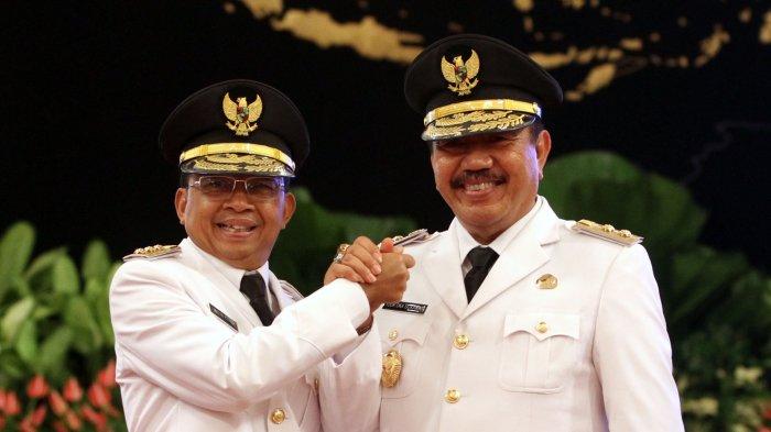 Gubernur Bali terpilih I Wayan Koster bersama wakilnya Tjokorda Ardana Sukawati melakukan salam komando usai pelantikan di Istana Negara, Jakarta, Rabu (5/9/2018).