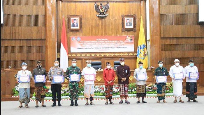 Serahkan DIPA dan TKDD 2021 se-Bali, Koster Minta Realisasi Anggaran Jangan Menumpuk di Akhir Tahun