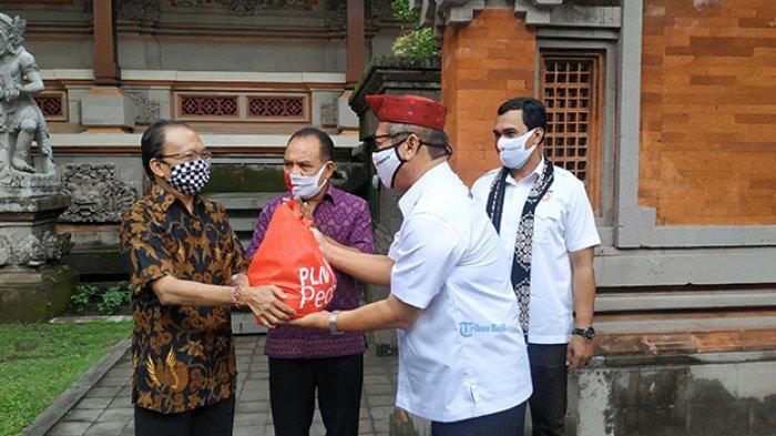 Diserahkan Koster, Satgas BUMN Bali Bantu Warga Flobamora yang Terdampak Pandemi Covid-19