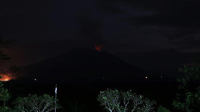 TERKINI, Sinar Api di Kawah Gunung Agung Terlihat Jelas Malam Ini, Begini Penjelasan PVMBG