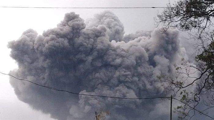 Gunung Semeru di Lumajang Muntahkan Awan Panas Guguran Sejauh 4,5 Kilometer, Warga Diminta Waspada