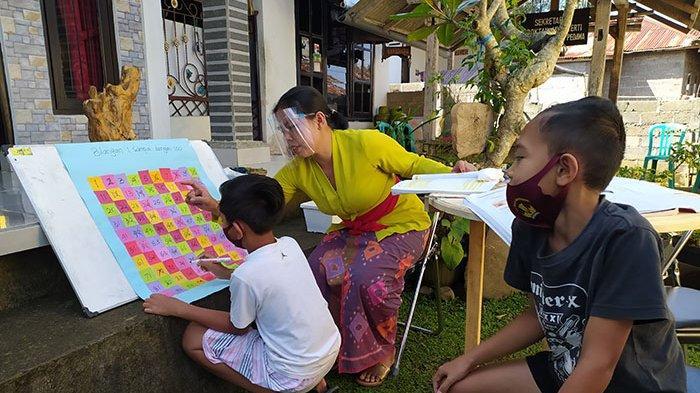Terkendala Sinyal Internet, Guru di Buleleng Rela Datangi Rumah Siswa untuk Mengajar Murid-muridnya