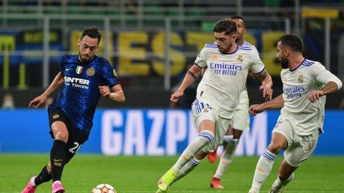 Hakan Calhanoglu vs Federico Valverde di Liga Champions antara Inter Milan vs Real Madrid pada 15 September 2021 di stadion San Siro di Milan. MIGUEL MEDINA / AFP