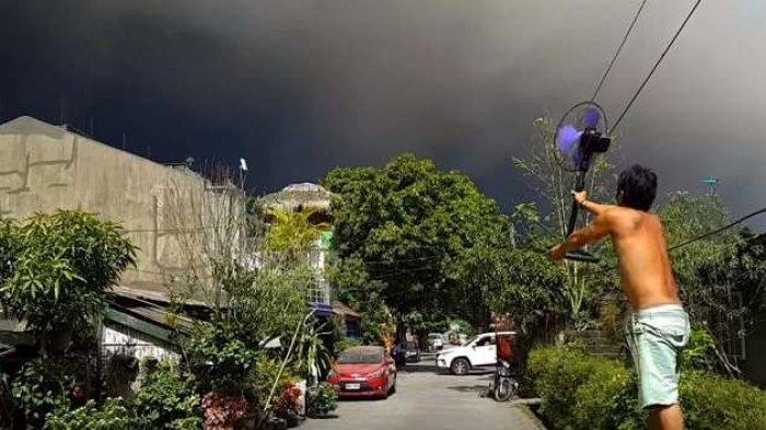 Kocak, Pria Ini Coba Menghalau Awan Panas Letusan Gunung Berapi Pakai Kipas Angin