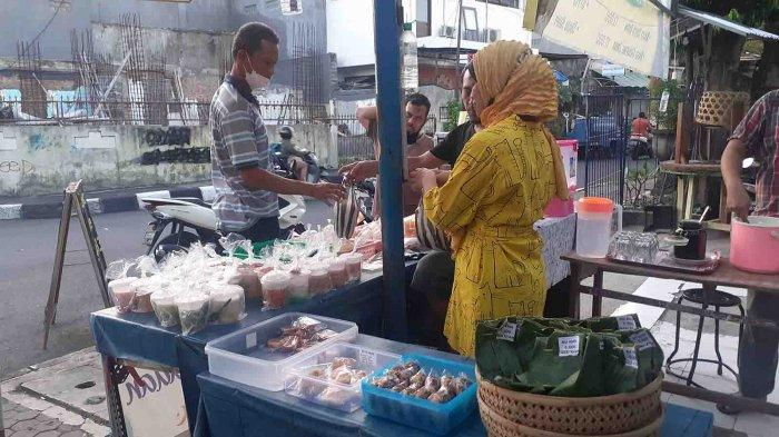 Hari Pertama Puasa Ramadhan 2021, Penjual Takjil di Jalan Serma Made Pil Denpasar Bali Ramai Pembeli