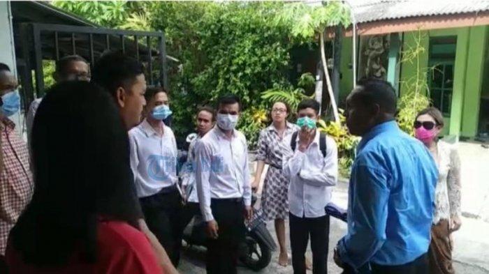 Hari Raya Natal Pendeta Dr. Henry Parera mengunjungi rumah umat di kawasan Padangsambian Klod, Denpasar Barat, Denpasar, Bali, pada Jumat (25/12/2020).