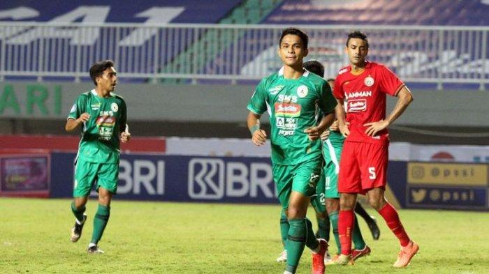 Pemain PS Sleman Irkham Zahrul Mila (paling depan) berselebrasi usai mencetak gol ke gawang Persija Jakarta pada laga pekan pertama Liga 1 2021-2022 di Stadion Pakansari, Bogor, Minggu (5/9/2021) malam WIB.
