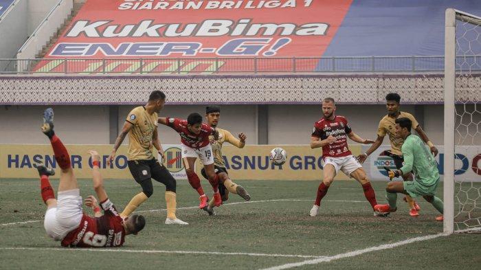 Heading gelandang Bali United Rizky Pellu ke gawang Barito Putera. Gol ini menyamakan kedudukan 1-1 pada babak pertama di Indomilk Arena Tenggerang Banten, Sabtu 11 September 2021.