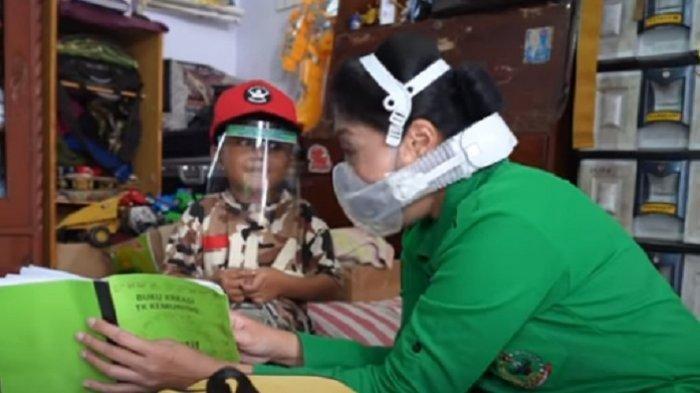 Istri KSAD Jenderal Andika Perkasa Kunjungi Rumah Ajudannya, Ajak Adik Serda Elok Belajar & Bermain