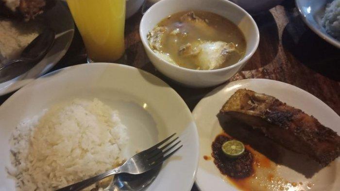 Hidangan satu porsi di warung makan Sambal Mak Beng yang tidak kunjung sepi hingga malam hari, Jumat (28/8/2018)