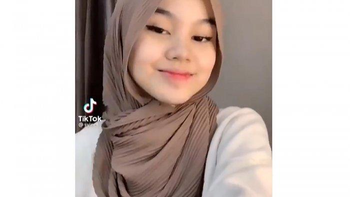 Inspirasi OOTD Lebaran dengan Hijab Pashmina Plisket, Tutorial Tanpa Jarum Pentul Hingga Tanpa Ciput