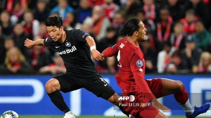 Pemain Red Bull Salzburg asal Korea Selatan, Hee-Chan mengelabui bek Liverpool, Virgil Van Dijk dalam laga penyisihan Grup Liga Champions, 2 Oktober 2019