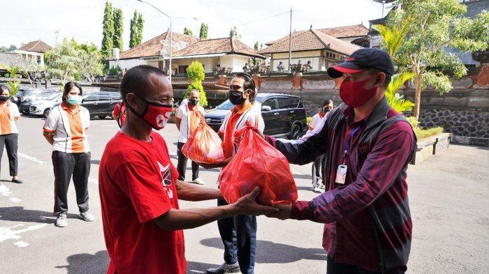 Ketua DPRD Karangasem Serahkan Bantuan Sembako ke Tenaga Non ASN di Setwan Karangasem