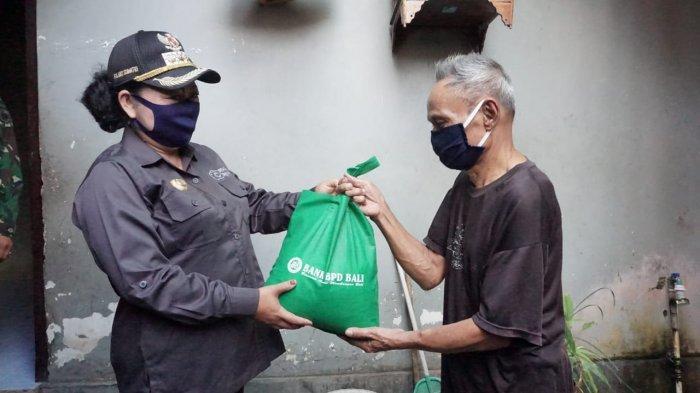 Datangi Rumah Warga, Bupati Mas Sumatri Serahkan Paket Sembako