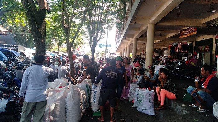 Jelang Hari Raya Nyepi, Pasar Mengwi Badung Dikerumuni Penjual Bunga