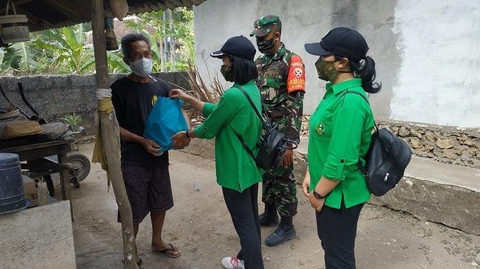 Prihatin Kondisi Warga Saat PPKM, Persatuan Istri Tentara Bagikan Sembako di Nusa Penida