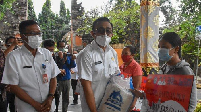 Wali Kota Jaya Negara Serahkan BPNT, PKH dan BST Kepada KPM di Kota Denpasar