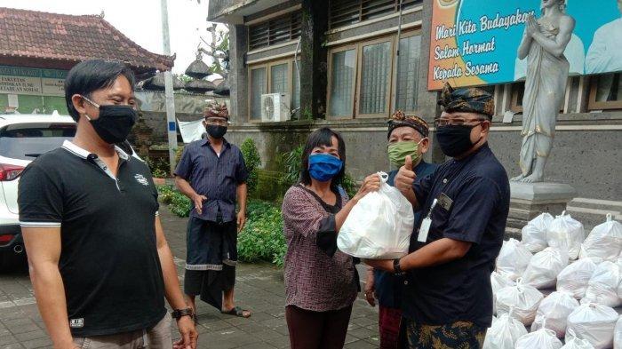 Ringankan Beban Pegawai di Tengah Wabah Covid-19, IKIP PGRI Bali Bagikan Ratusan Sembako