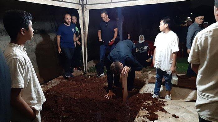 Spaso Berlinang Air Mata Tatap Jenazah Sang Istri, Keluarga Besar Bali United Berduka