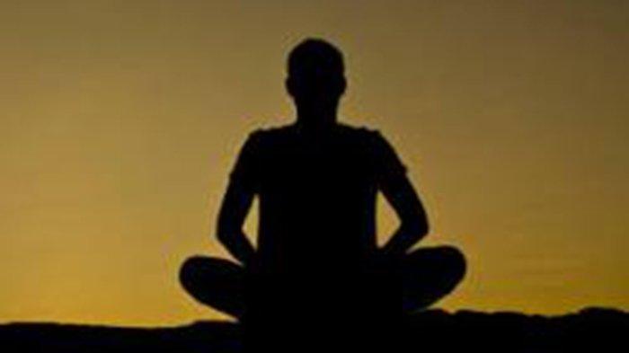 Melakukan Renungan Suci pada Malam Buda Wage Merakih