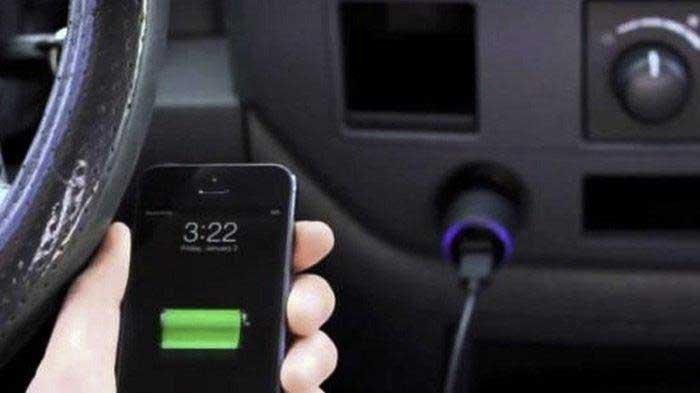Amankah Cas Baterai HP di Mobil? Begini Penjelasannya