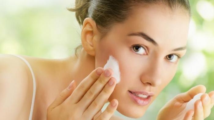 3 Kebiasaan Sebelum Tidur Ini Malah Bikin Wajah Rusak, Termasuk Pakai Banyak Layer Skincare