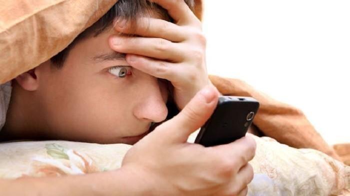 Ilustrasi membuka ponsel - Cara mengecek aktivitas pacar melalui internet, mudah dan tidak membutuhkan aplikasi tambahan.