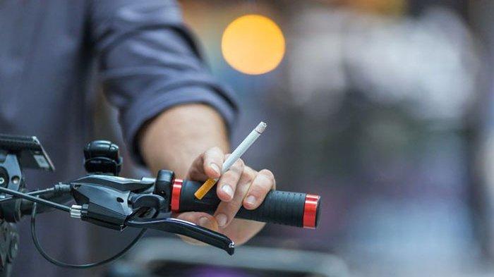 Waspada, Ini Bahaya Mengendarai Sepeda Motor Sambil Merokok