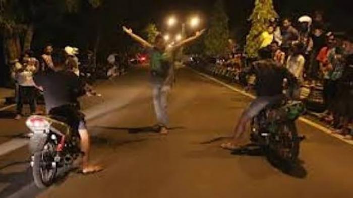 Petugas Polsek Bubarkan 150 Pemuda Trek-trekan di Pesisir Pantai Pengambengan Jembrana