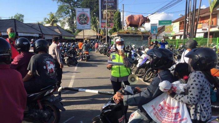 Cegah Kerumunan, Satlantas Polres Badung Imbau Pengunjung Pasar Beringkit Taat Protokol Kesehatan