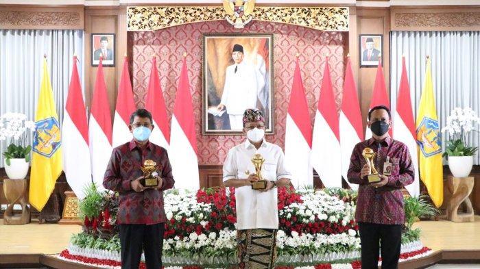 Gubernur Wayan Koster dan BPD Bali Sabet Penghargaan TOP BUMD Award 2021