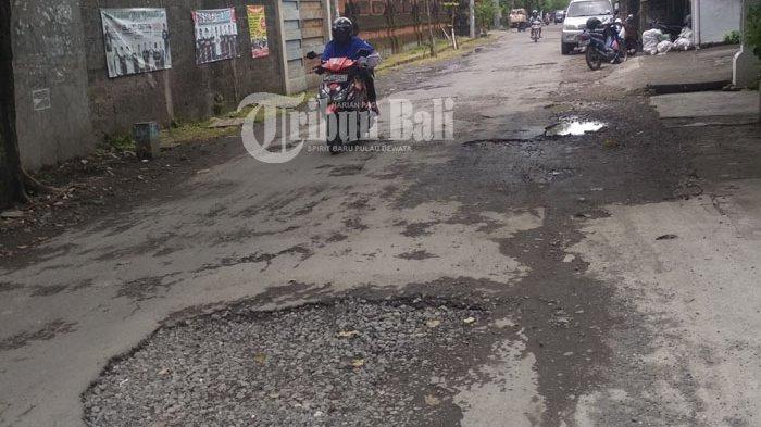 Waduh Jalan Gunung Talang Denpasar Rusak Parah