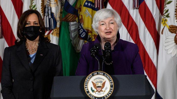 Menteri Keuangan AS Janet Yellen (kanan) bersama Wakil Presiden Kamala Harris berbicara tentang pengasuhan anak di Departemen Keuangan di Washington, DC, pada 15 September 2021.