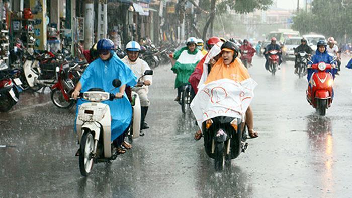 Begini 5 Cara Aman Berkendara Sepeda Motor Saat Hujan