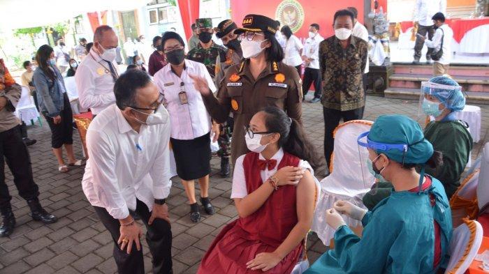 Tinjau Vaksinasi Siswa SMPN 9 Denpasar, Jaya Negara Ikuti Pertemuan Virtual Bersama Presiden