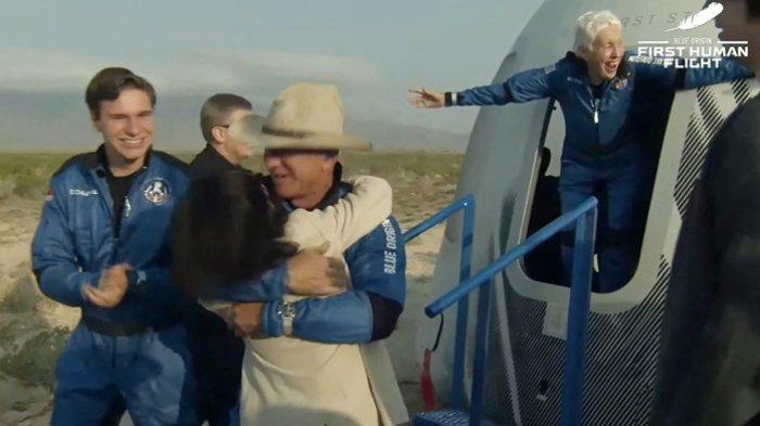 Gambar yang diambil dari video Blue Origin memperlihatkan  Jeff Bezos (tengah), Wally Funk (kanan) dan Oliver Daemen (kiri)  keluar dari kapsul  New Shepard di gurun Texas, AS, 20 Juli 2021.