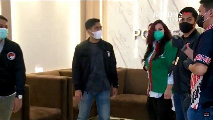 Jennifer Jill (Baju Hijau) Saat Konferensi Pers di Polres Metro Jakarta Barat