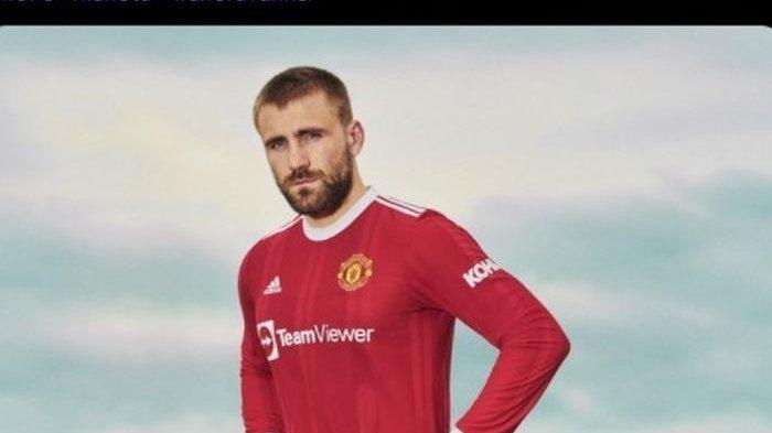 Bek kiri Manchester United, Luke Shaw, memperkenalkan jersey baru timnya, Kamis 15 Juli 2021.