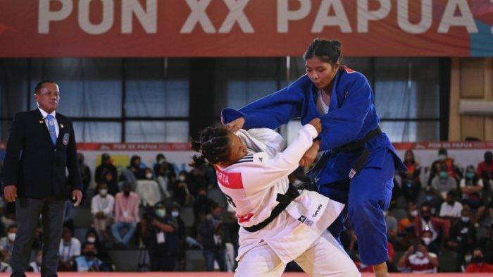 Judoka Bali Fania Farid (kanan) bertanding melawan judoka Jawa Barat Tiara Artha Gartia pada babak final nomor 78 kilogram putri cabang judo PON Papua di Graha Eme Neme Yauware, Timika, Kabupaten Mimika, Papua, Jumat 1 Oktober 2021.  Fania Farid menang.