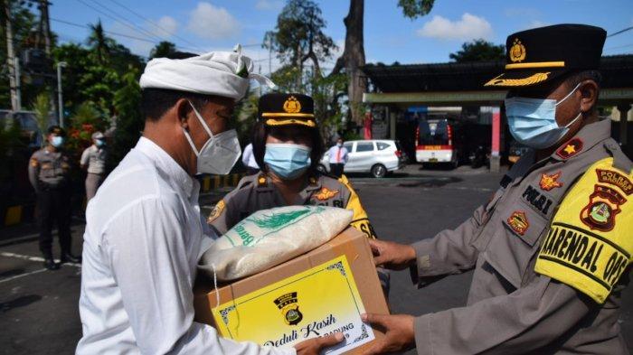 Kabag Sumda Berbagi Kasih di Masa Pandemi, Berikan Paket Sembako Pada Pinandita di Badung Bali
