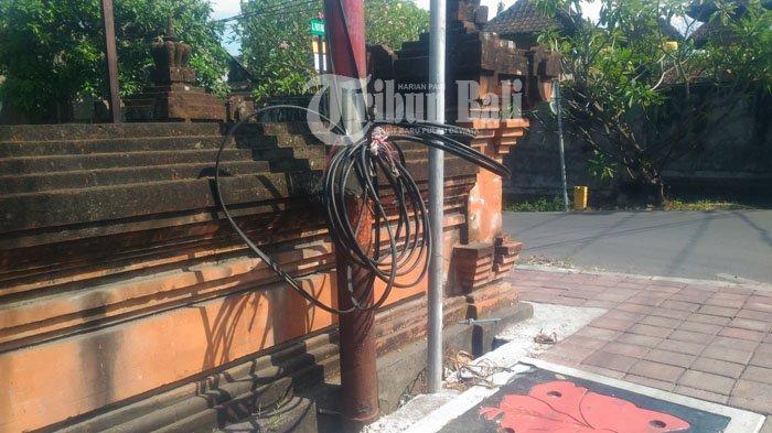 Kabel Telkom Bergelantungan dekat Terminal Batubulan Halangi Pejalan Kaki