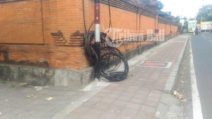 Kabel Berantakan Halangi Pejalan Kaki di Batubulan