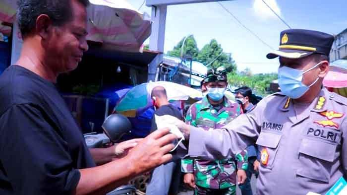 Gelar Monitoring di Pasar Dauh Pala Tabanan, Kabid Humas Polda Bali Lakukan Edukasi & Bagikan Masker