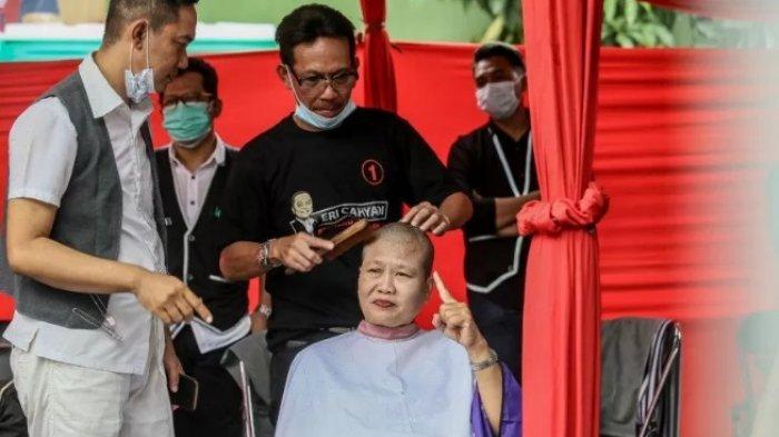 Kader PDIP Surabaya Cukur Massal Rayakan Kemenangan Paslon Eri-Armuji
