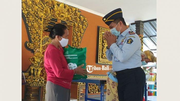 Lapas Singaraja Bagikan 135 Sembako untuk Warga di luar DTKS