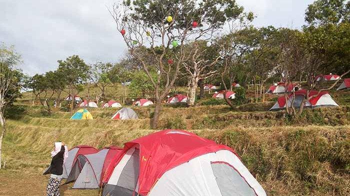 KAMPING - Puluhan tenda untuk kamping dibangun di Bukit Asah, Desa Bugbug, Kecamatan Karangasem, Rabu (23/8).