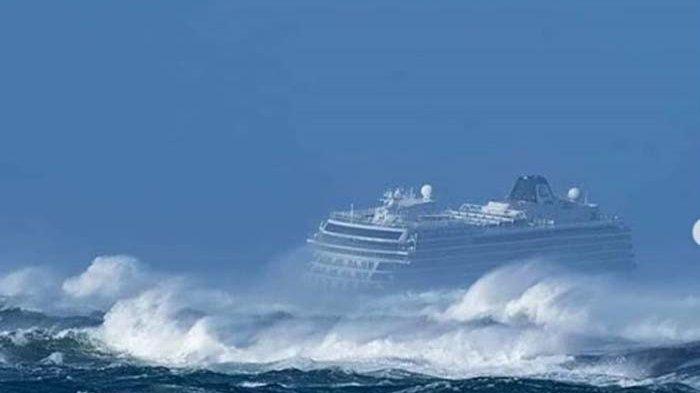 Penumpang Kapal Pesiar Viking Sky Dievakuasi Pakai Helikopter di Tengah Badai