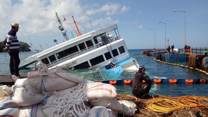 Evakuasi Hari Kedua KMP Dharma Rucitra Keluarkan Enam Truk dari Perut Kapal