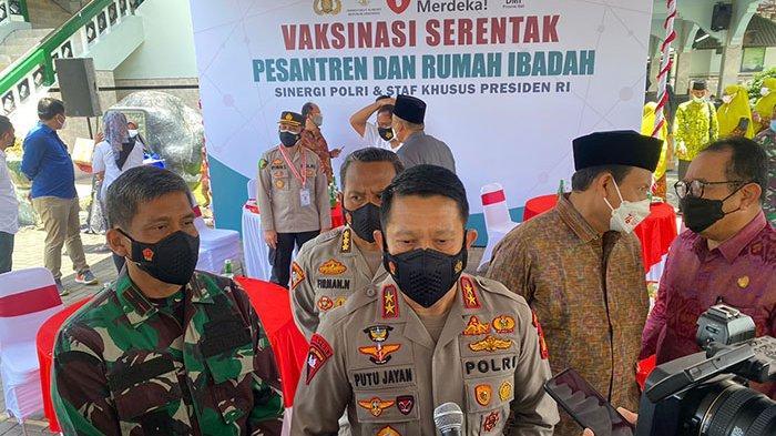 Kapolda Bali Tinjau Vaksinasi Massal Digelar Polri dan Stafsus Presiden di Pesantren & Rumah Ibadah